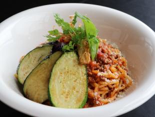 地元野菜のミートソースパスタ